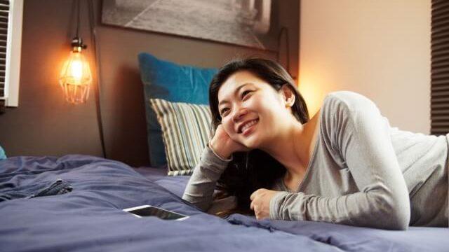 お笑い番組を見ている女性