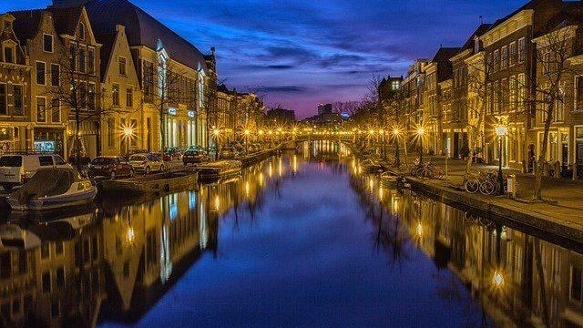 夜の水路の綺麗な画像
